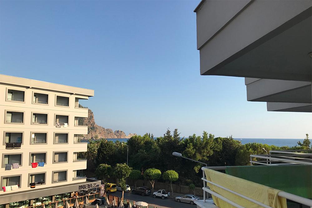 Вид из отеля Hatipoglu Beach Hotel 3*, расположенного на пляже Клеопатры. Кстати, парк впереди — старинное кладбище, маленькое и нестрашное