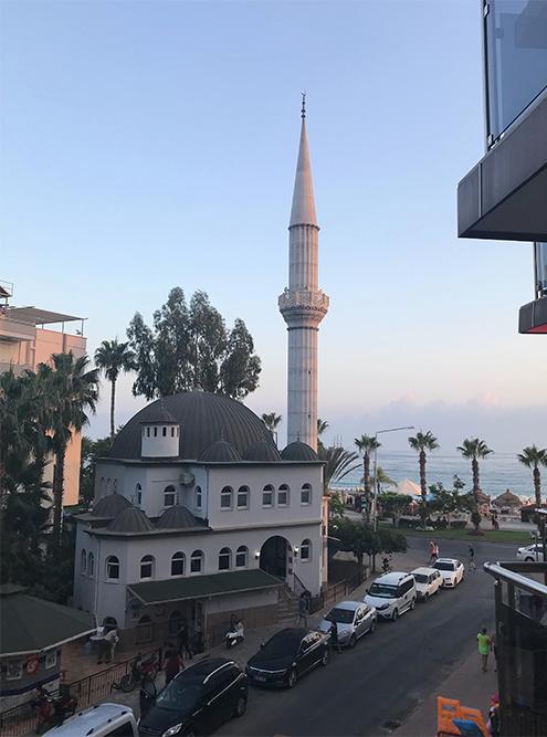Вид из отеля Kleopatra Ikiz 3*. Муэдзин в мечети поет пять раз в день, но к этому быстро привыкаешь