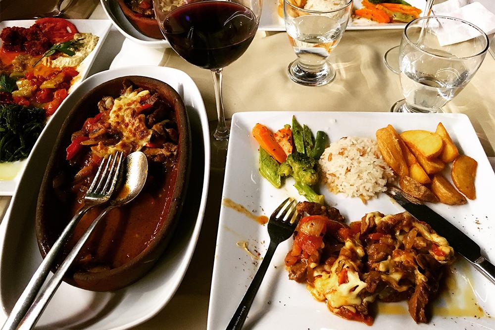 Один из видов кебаба — тести-кебаб — подается на глиняной тарелке. В составе блюда — мясо, овощи, иногда сыр и грибы