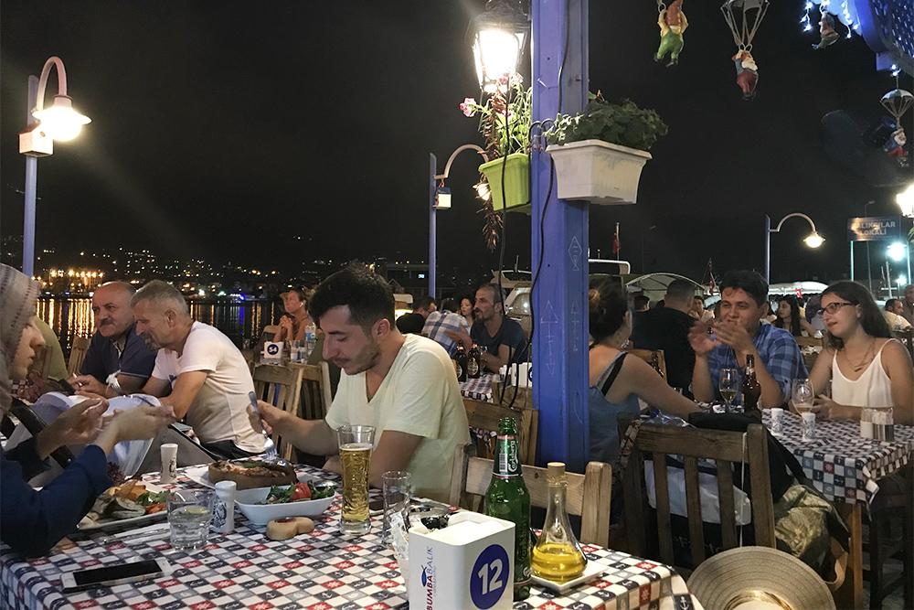 Ресторан Bumbabalık по стилю напоминает греческие кафе