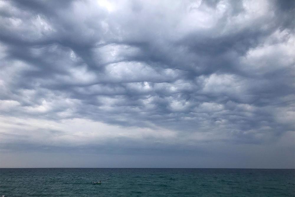 В июле 2019года надморем можно было наблюдать необычные квадратные облака. Дождь шел всего 15 минут за весь месяц