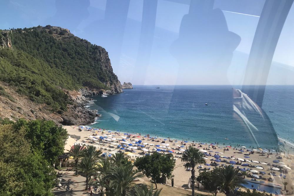 С высоты фуникулера видно, какого невероятного цвета вода возле горы на пляже Клеопатры