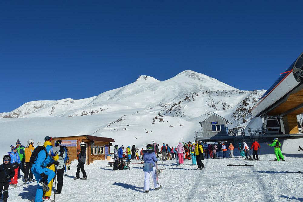 На станции «Мир» можно отдохнуть с отличным видом на две вершины Эльбруса