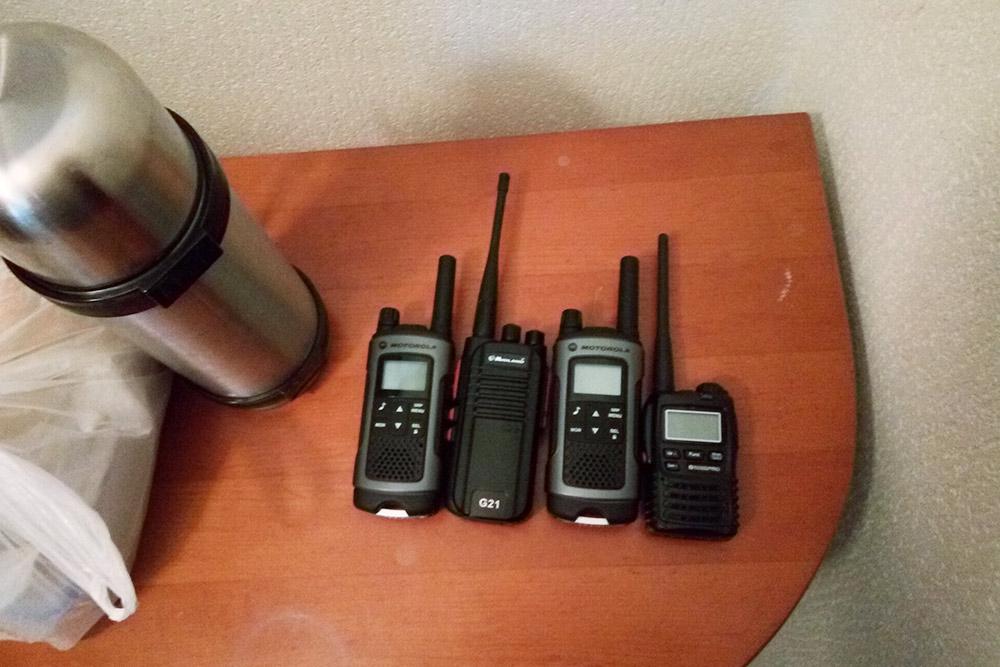 На склонах удобно общаться друг с другом по рациям с микрофоном, чтобы не доставать смартфон во время катания. Комплект раций стоит 9000<span class=ruble>Р</span>