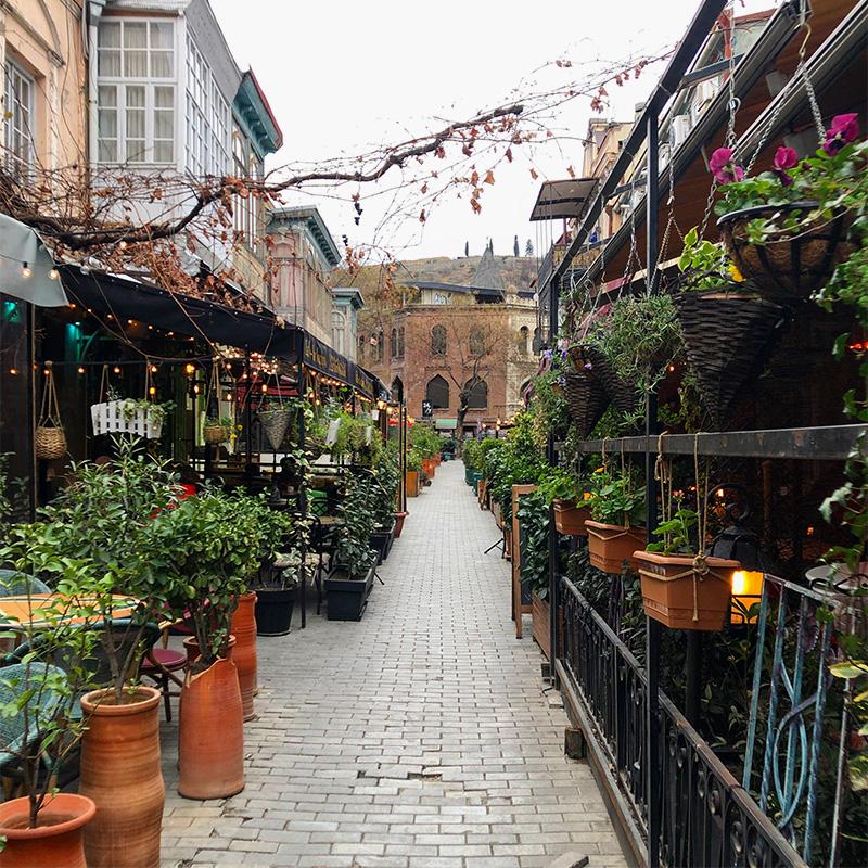 На узких улочках Тбилиси много уютных кафе