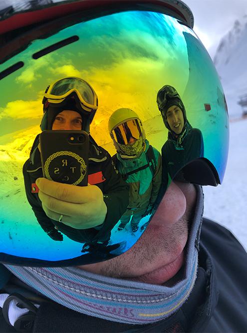 Мы приехали в Гудаури компанией из восьми человек: четыре сноубордиста и четыре лыжника. Разделились и катались группами. Это наша группа сноубордистов