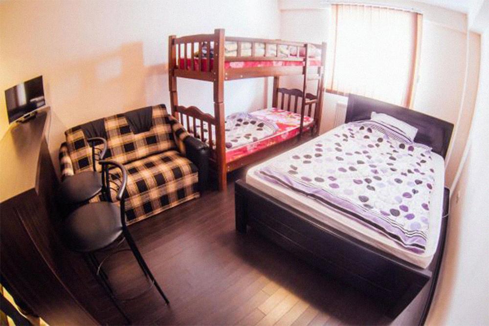 Мы бронировали апартаменты на сайте «Гудаури-тревел». Жили в квартире вчетвером, места всем хватило. Два человека спали на большой кровати, еще два — на двухярусной