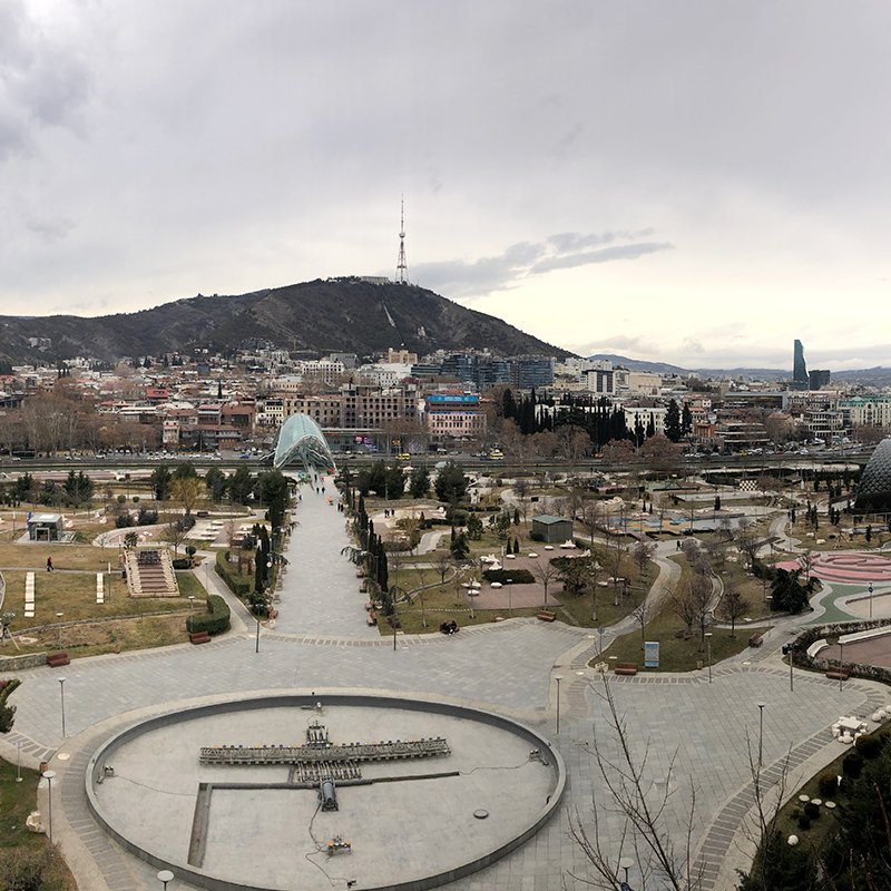 Парк «Рике» в Тбилиси — очень популярное место дляпрогулок среди туристов и жителей города