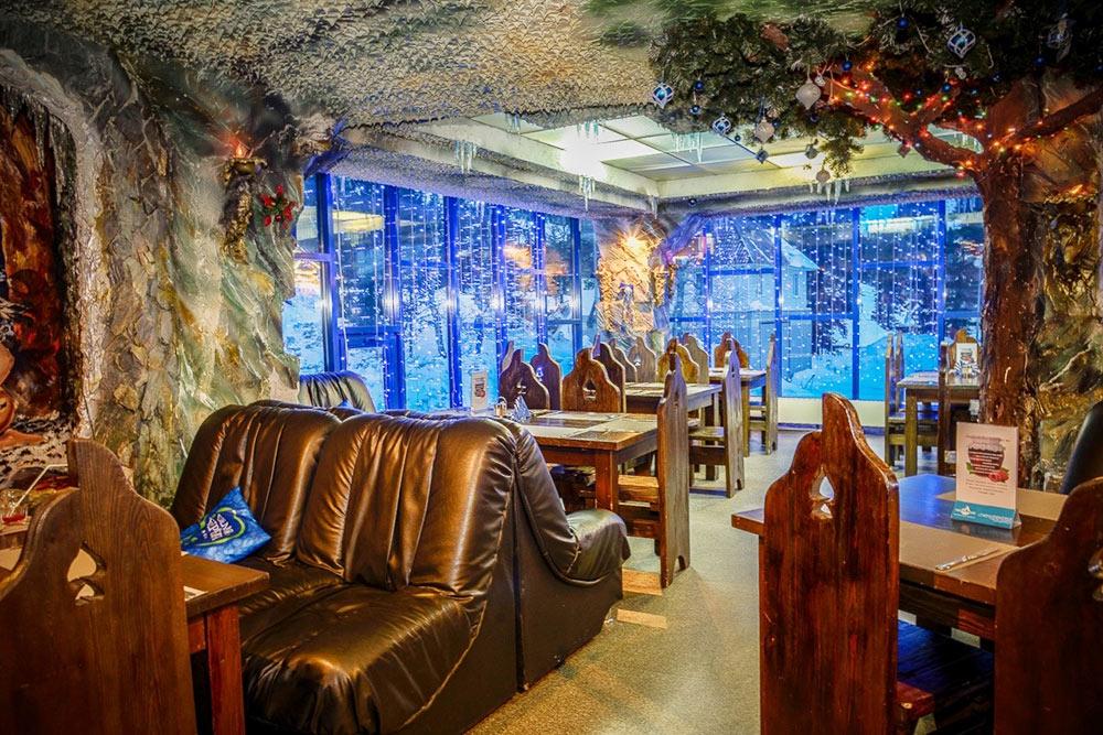 Интерьер в ресторане «Лапландия» оформлен в пещерном стиле