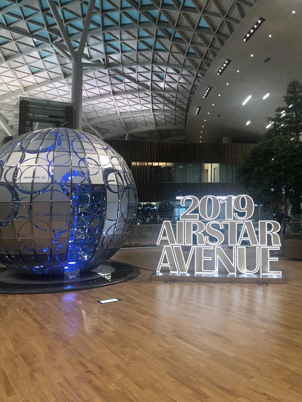 В аэропорту повсюду стоят яркие и красивые экспонаты. На этом шаре написаны названия разных городов