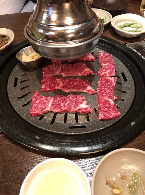 Корейское барбекю очень вкусное, а к мясу приносят разные соусы