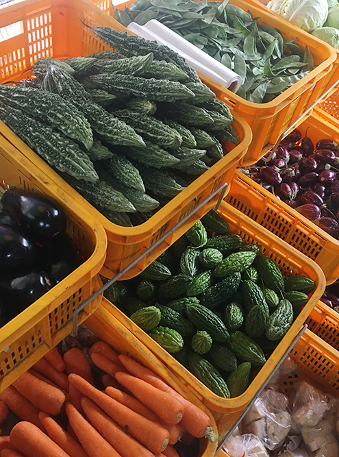 Овощи можно купить в одном из магазинов района. На прилавках лежали овощи, похожие на гибрид огурца и цукини