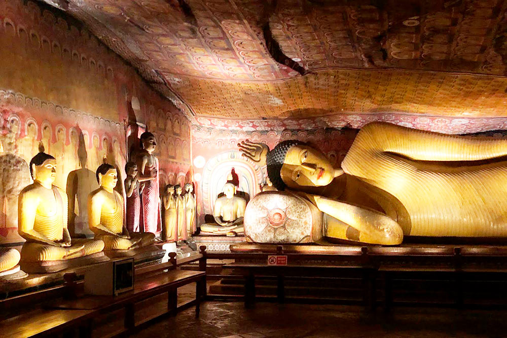 Примерно такой антураж во всех залах пещер Дамбуллы