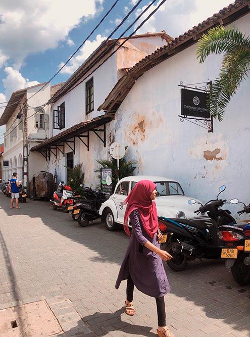 На улицах форта можно увидеть ретроавтомобили