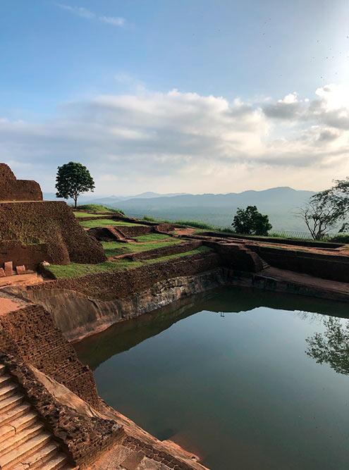 На вершине скалы располагается древний город с бассейнами и прудами, которые функционируют до сих пор