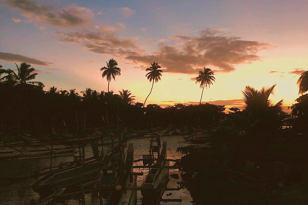 Гавань с лодками рядом с Хиккадувой на закате