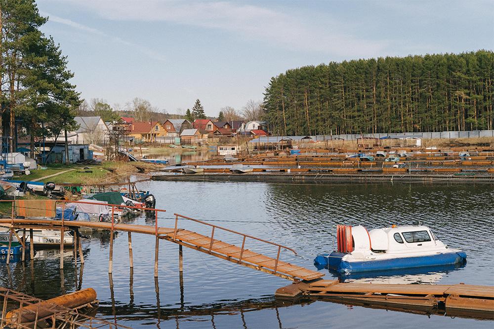 У живущих прямо на берегу Волги илиКамы часто есть лодки. На водном транспорте можно и пробки объехать, и порыбачить