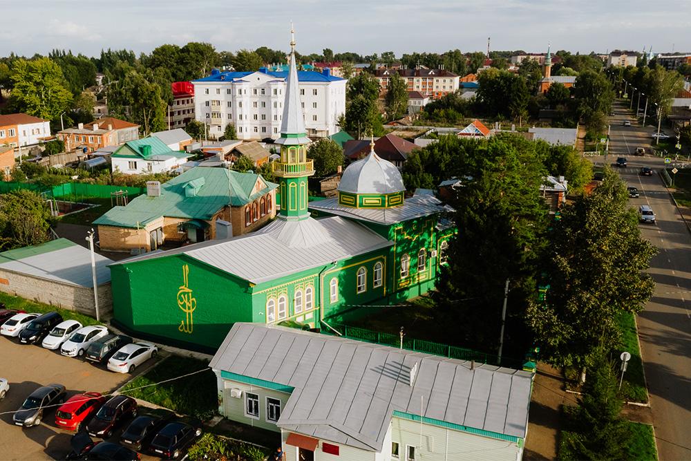 Мечеть стоит среди обычных одноэтажных строений и даже слегка теряется в зелени вокруг. Источник: Анастасия Губинская