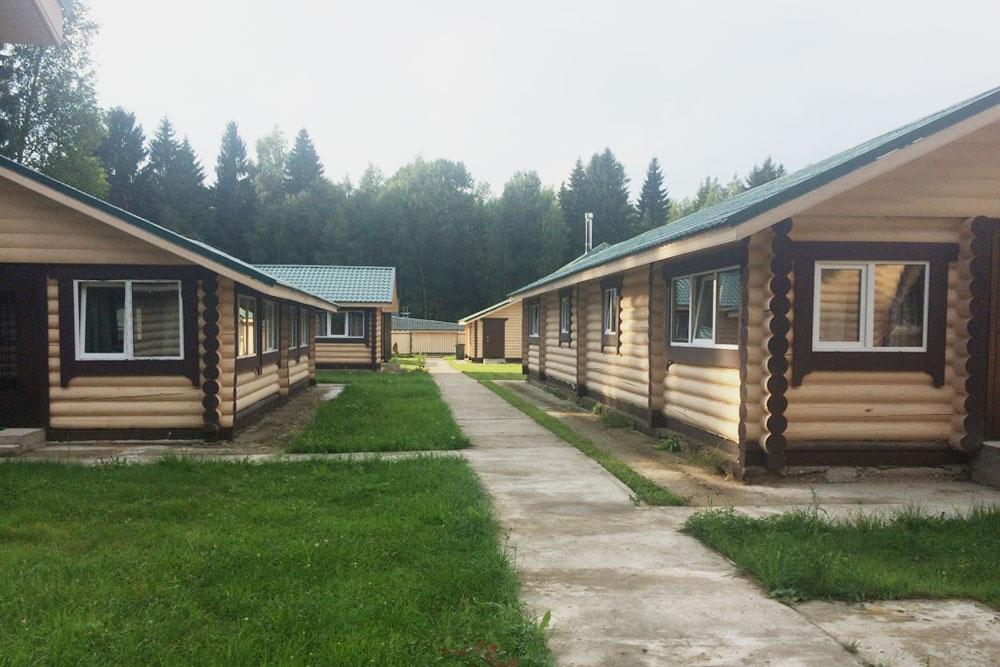 Ферма — часть базы отдыха. На территории есть несколько отдельно стоящих домов, которые можно арендовать круглый год