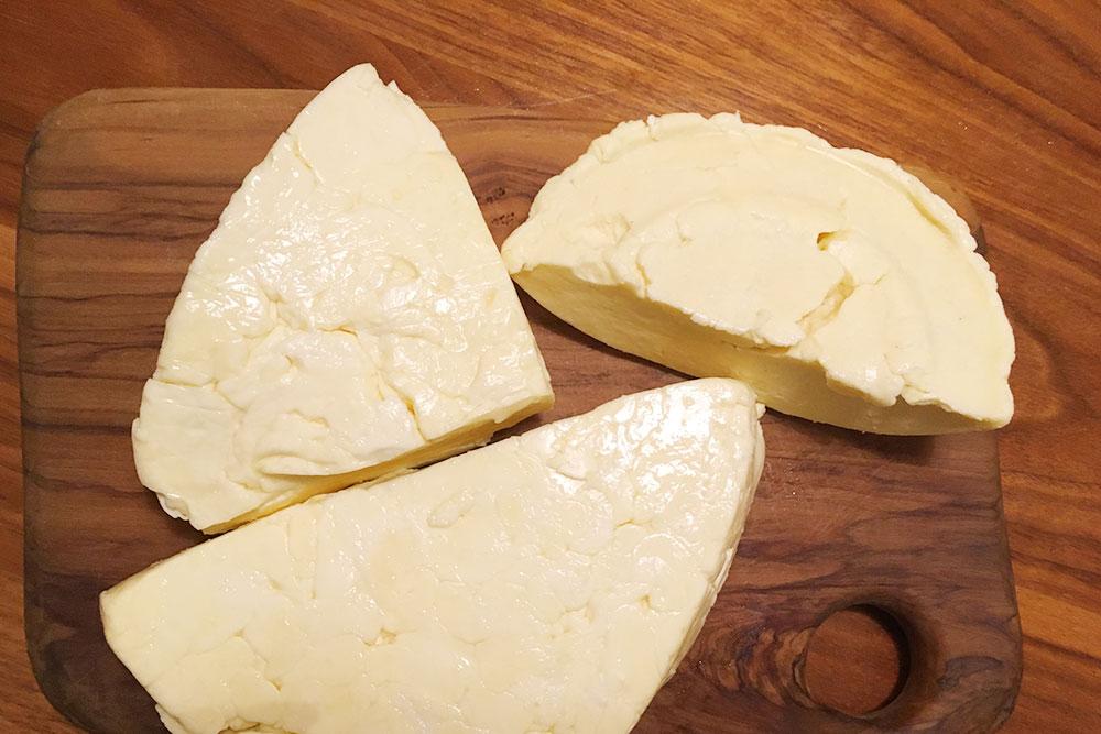 Сыр всегда привозят разный: более или менее соленый, твердый или мягкий. Это издержки штучного производства. Стоимость&nbsp;— 500&nbsp;<span class=ruble>Р</span> за&nbsp;1&nbsp;кг
