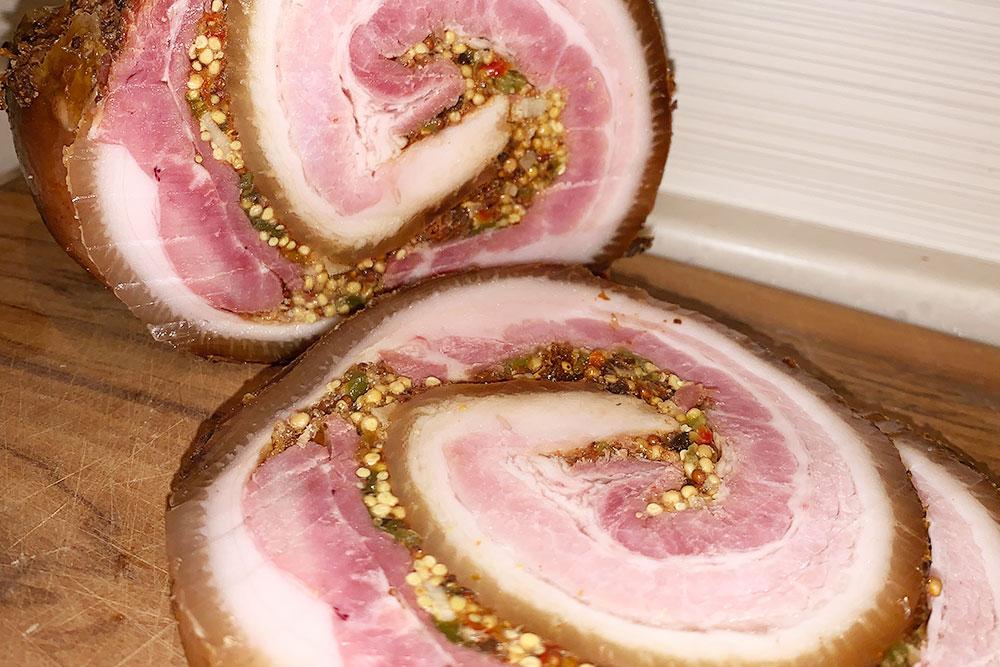 Свиной рулет, который тверской повар называет «панчетта». Его привозят упакованным в&nbsp;вакуум, стоит 650&nbsp;<span class=ruble>Р</span> за&nbsp;1&nbsp;кг