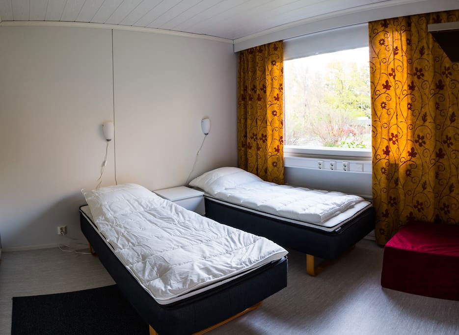В каждой комнате по две-три кровати