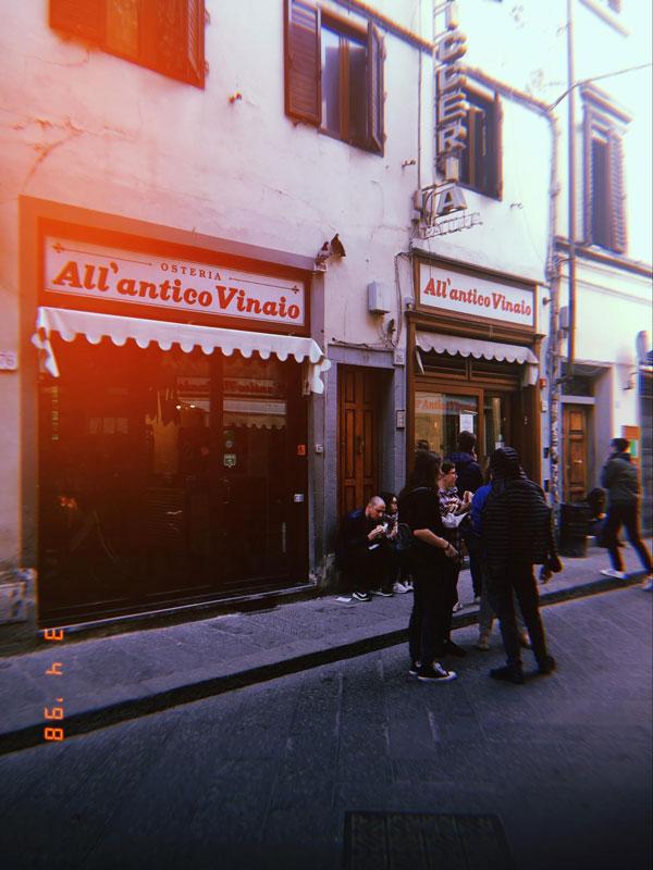 В All'Antico Vinaio заходят за панини и бокалом красного вина, чтобы съесть и выпить все тут же, на тротуаре перед заведением