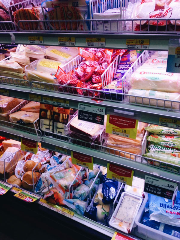 Стенд с сырами самых разных видов: горгонзола, пармезан, моцарелла, пекорино и так далее