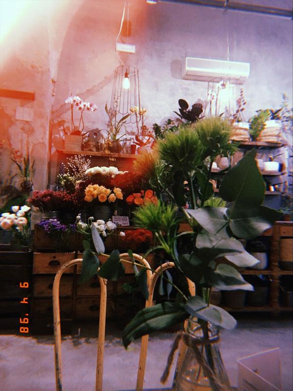 Внутри кафе La Ménagere — цветочный магазин