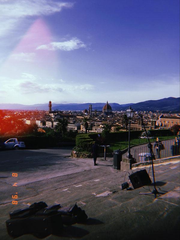 Пьяццале Микеланджело: на ступеньках лестницы по вечерам собираются как местные, так и туристы