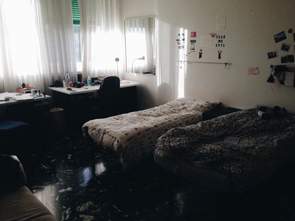Вот такая комната стоит 540€ в месяц (270€ за спальное место)