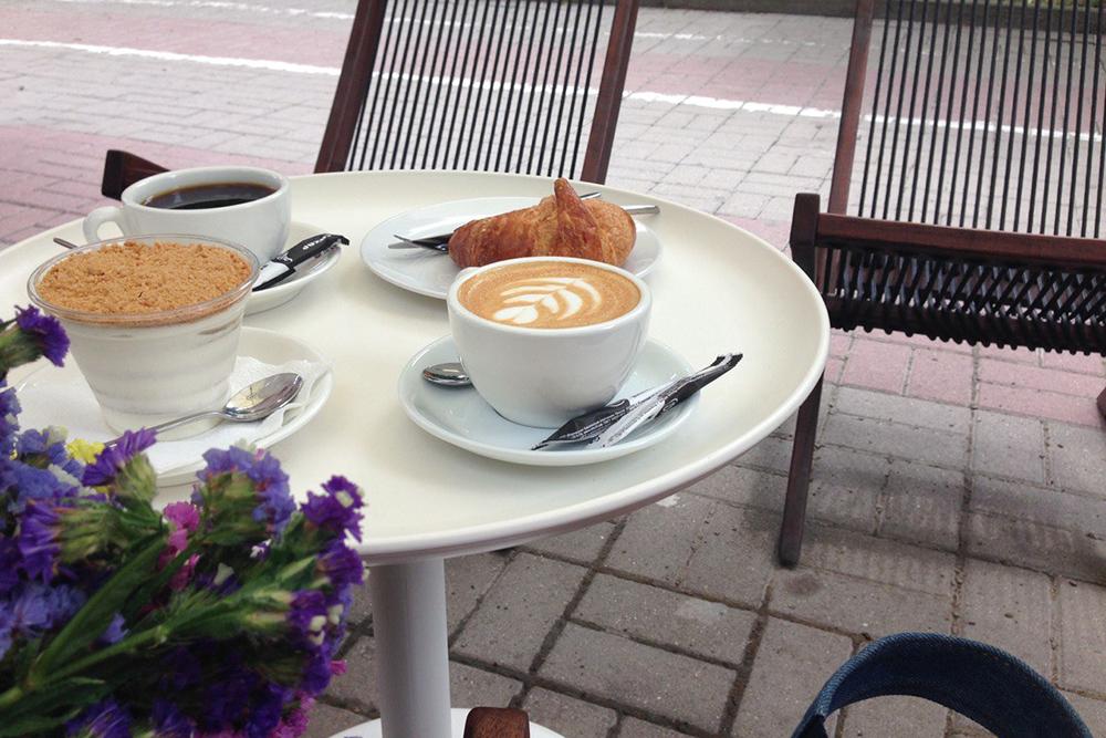 Люблю «Сеттерс» в любое время года, но летом особенно. На фото — капучино, фильтр-кофе, классический круассан и «Рыжик»