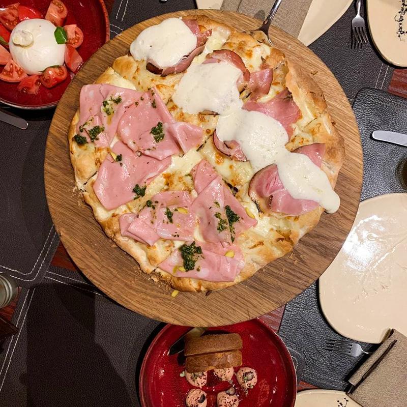 Рекомендую попробовать пиццу с мортаделлой — итальянской колбасой и буратту со свежими томатами