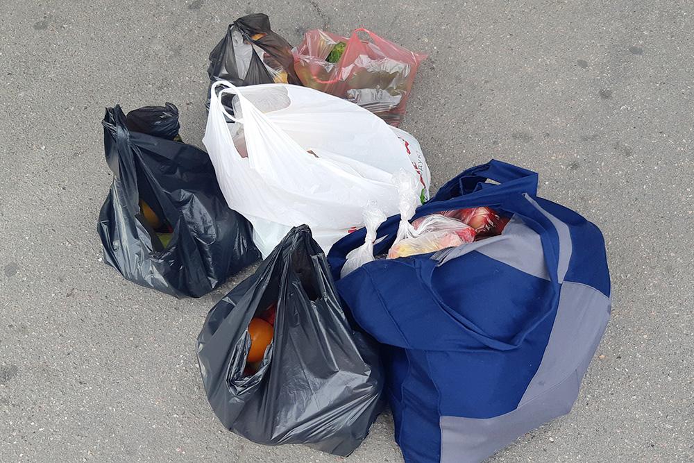 Мы с Катей обошли всего пятьлавочек, но получили шесть тяжелых пакетов с овощами и фруктами, которые едва донесли до квартиры. До этого дня я ни разу не задумывалась, сколько продуктов погибает на помойке