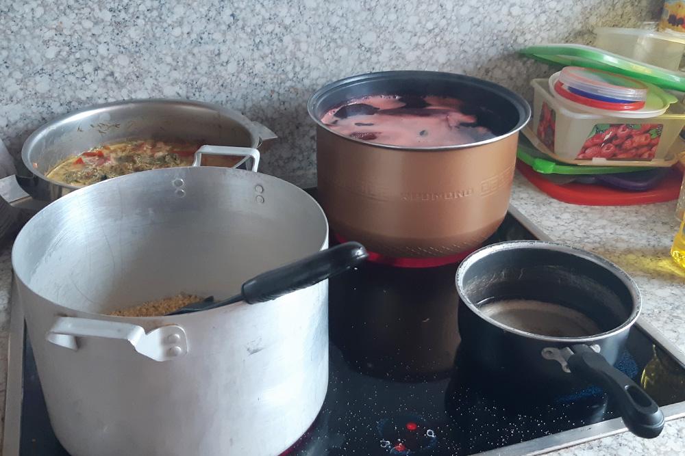 Благодаря помощи волонтеров Кате из проекта «История одной кухни» удается готовить до стапорций в день. Часть еды уходит в благотворительный проект «Ночной автобус», другую забирают люди в свои контейнеры