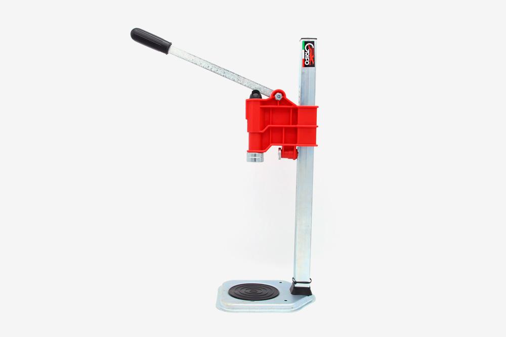 Рычажная укупорочная машинка. Она дороже, ноболее удобная итребует меньше физических усилий