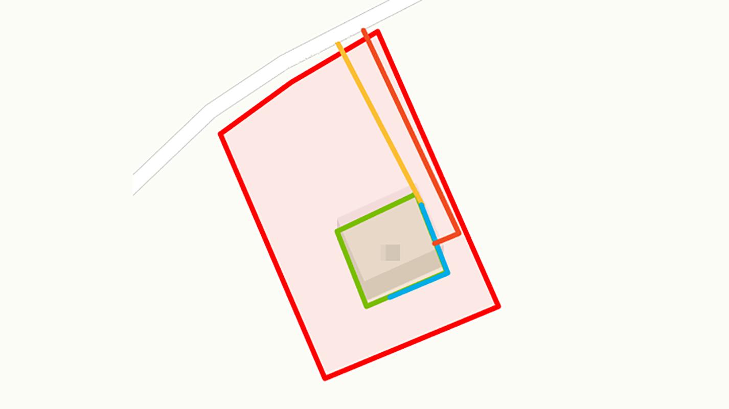 Мой ситуационный план получился таким. Красная линия — границы участка, зеленая — капитальные строения, например дом, баня или гараж, оранжевая — существующие и проектируемые коммуникации, желтая — газопровод подземлей, а синий — по цоколю дома