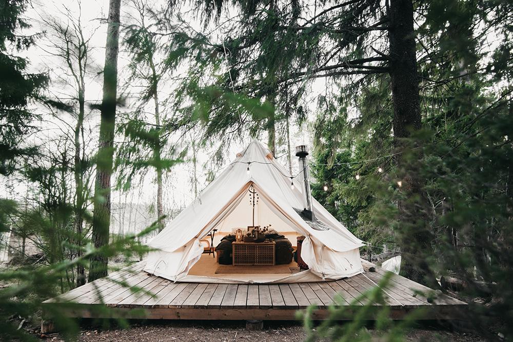 В шатре стоит двуспальная кровать, стол со стульями, дровяная печь, есть полотенца, постельное белье и матрас с электроподогревом