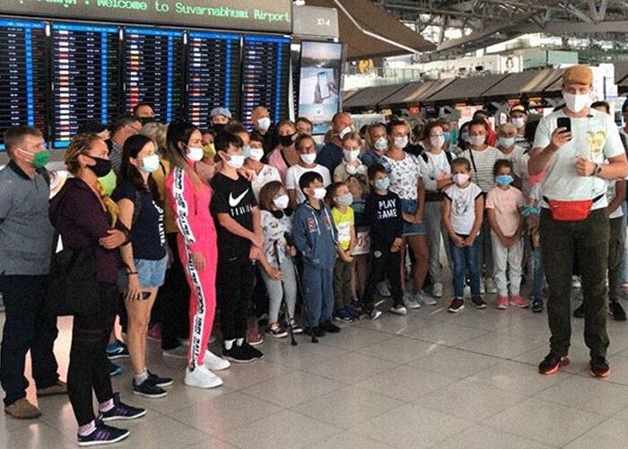 Обратного рейса в аэропорту Бангкока ждет множество людей