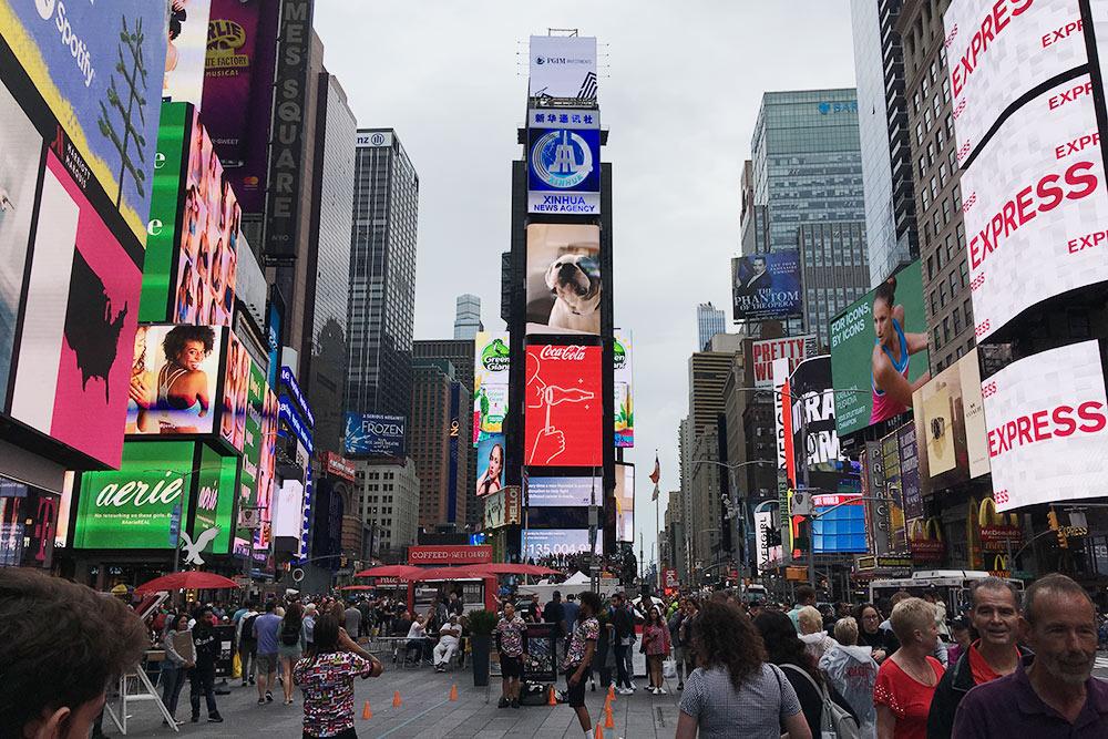 На Таймс-сквер мало места, толпы людей, неоновая реклама имузыканты. Кажется, что наплощади круглосуточно отмечают Новый год