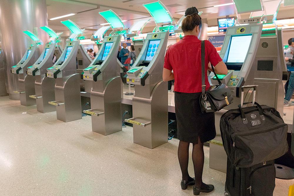 Терминалы автоматического паспортного контроля в Лос-Анджелесе. Источник: ShutterStockStudio / Shutterstock