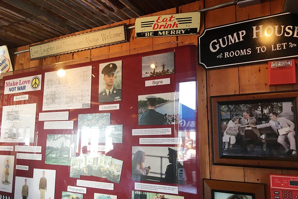 В этом ресторане есть стенд с кадрами из фильма «Форрест Гамп»