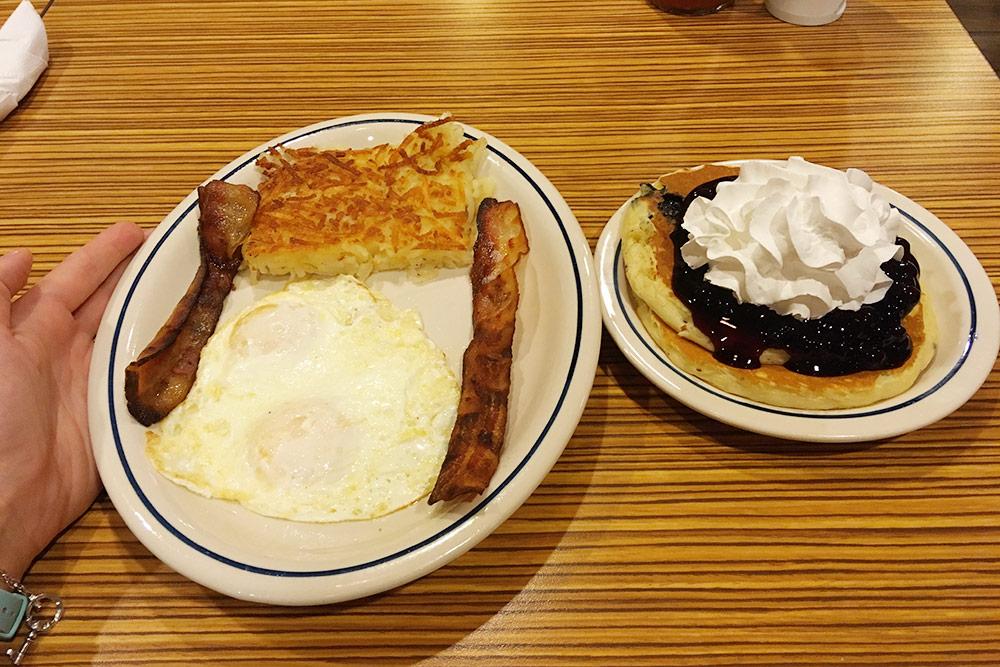 Завтрак в IHOP — яйцо с беконом, картошка и панкейки со взбитыми сливками за 15,71$. Там мне впервые повстречалась не очень дружелюбная официантка — она всем своим видом показывала, что не хочет отвечать на мои вопросы