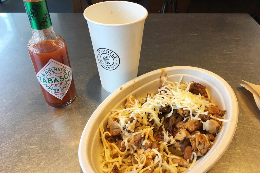 Буррито в сети мексиканских закусочных Chipotle за 8,65$ подают в тарелке. Даже безсоуса оно было невероятно острым