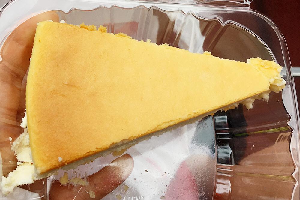Чизкейк «Нью-Йорк» из кондитерской Junior's Cheesecake за 7,75$. Он оказался приторно-сладким, второй раз ябы такое точно есть не стала
