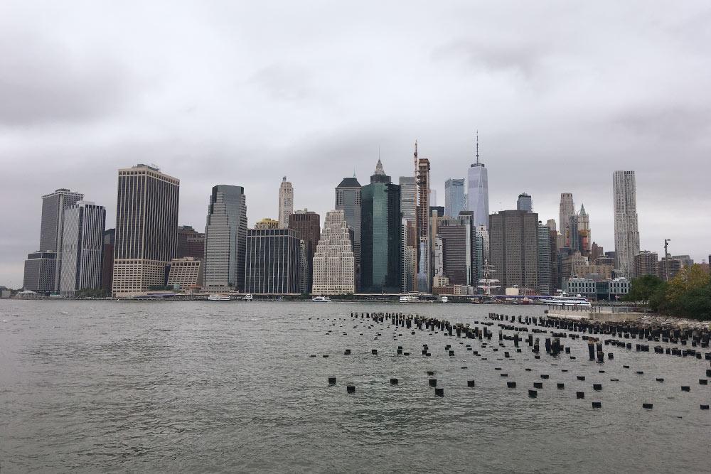 Небоскребы Манхэттена с набережной парка Бруклин-Бридж