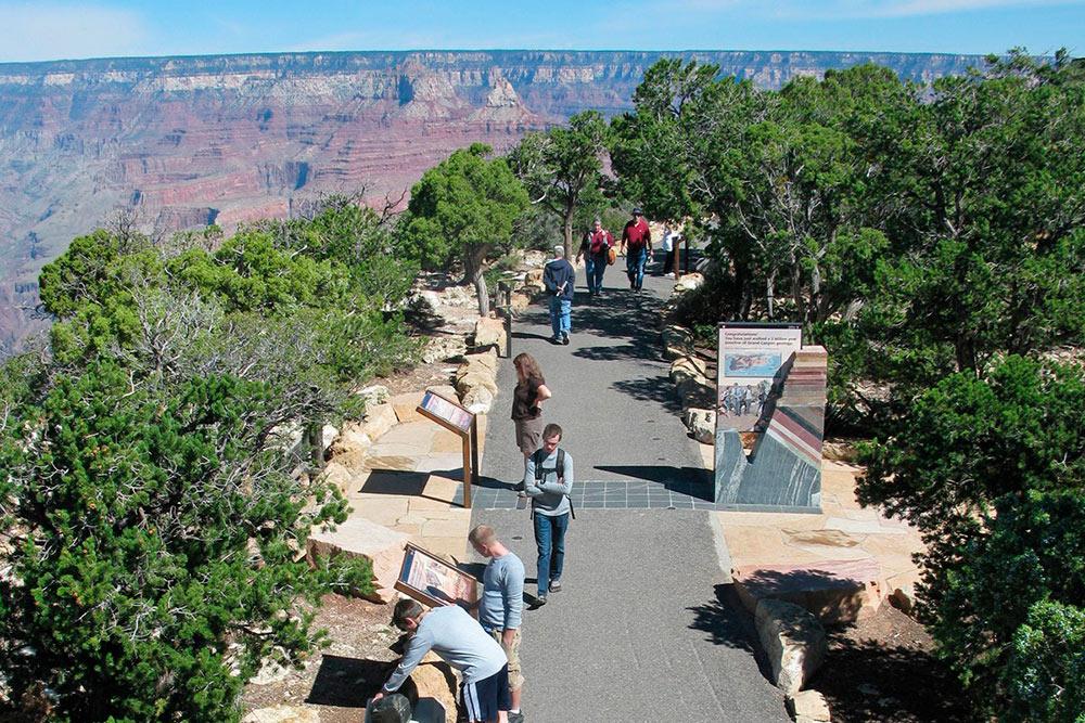 По дороге мне периодически попадались различные экспонаты и камни, на которых была написано, как образовался каньон. Источник: National Park Service