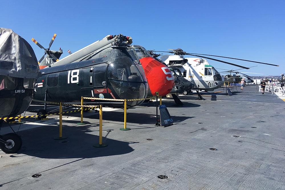 Вертолеты на авианосце. В некоторые можно зайти ипосидеть наместе пилота