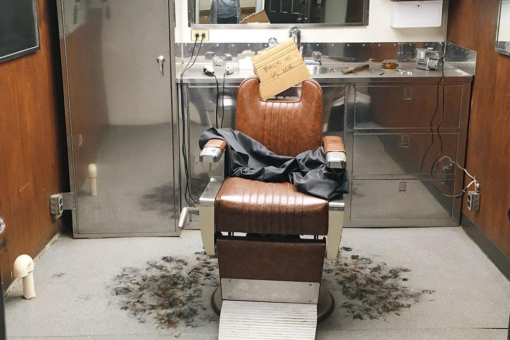 Так выглядит парикмахерская. Накресле даже есть табличка отпарикмахера: «Вернусь через15минут»