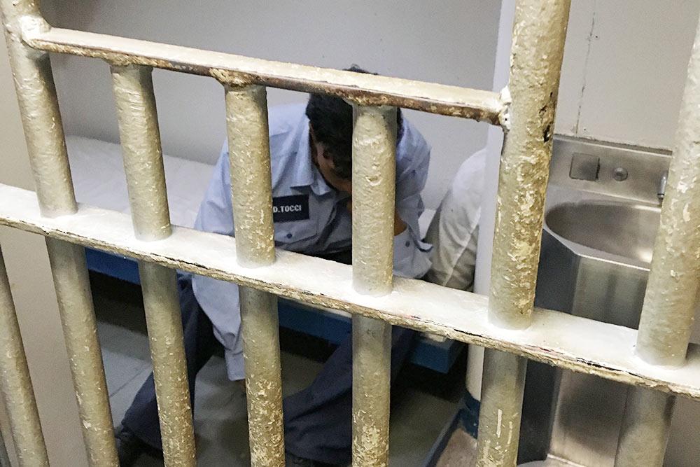 А это тюремная камера вавианосце — маленькая комнатка скойкой иунитазом